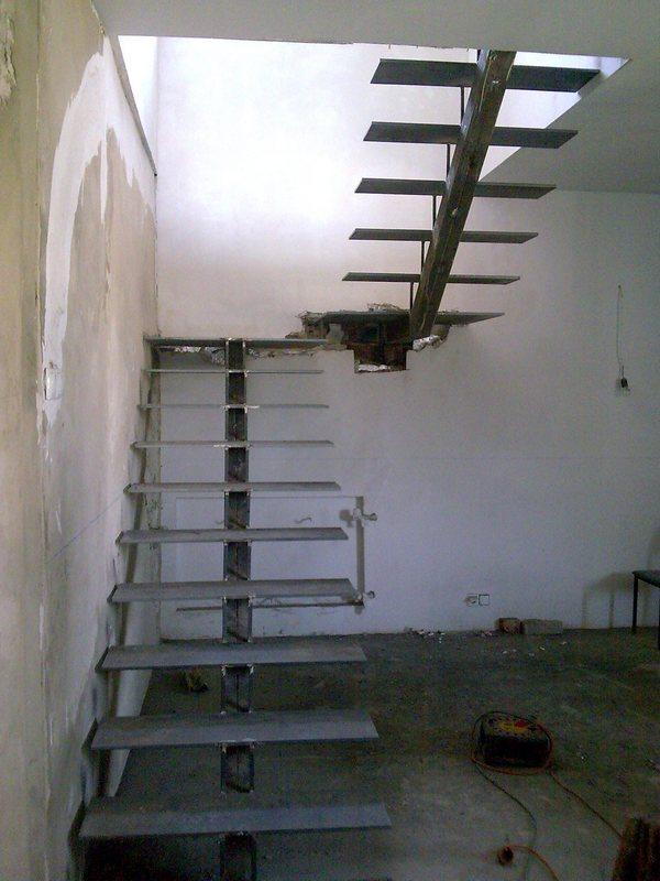 Сварная лестница с центральным косоуром Лестницы в Курске, лестница на второй этаж частного дома недорогая красивая ,современная, воздушная